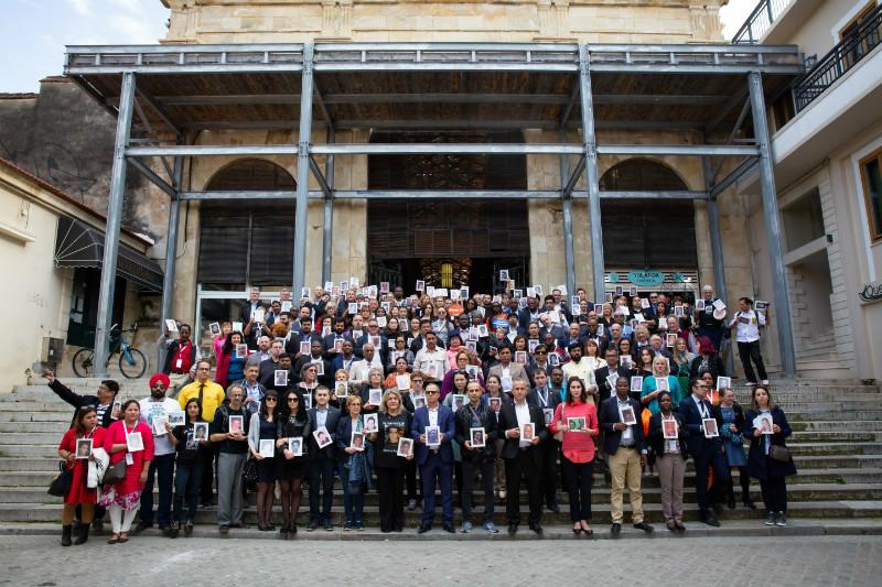 Шествие участников саммита в память о погибших в ДТП. В руках у участников фотографии людей, погибших в дорожно-транспортных происшествиях.
